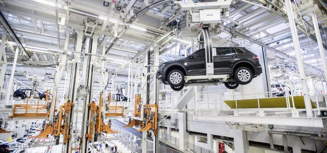 צרות בצרורות: פולקסווגן נאלצת לצמצם ייצור בשישה מפעלים