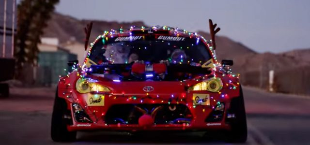 צפו: סנטה שורף צמיגים בטויוטה עם מנוע פרארי וטסלה במופע אורות החשמל