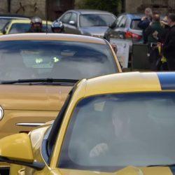 """צהוב עולה: מצעד תמיכה במכונית """"צהובה מכוערת"""" שהושחתה בבריטניה"""