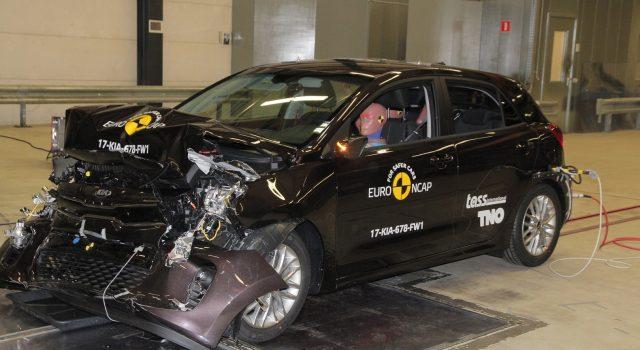 קיה חוסכת על הלקוחות שלה ומתרסקת ב-Euro NCAP