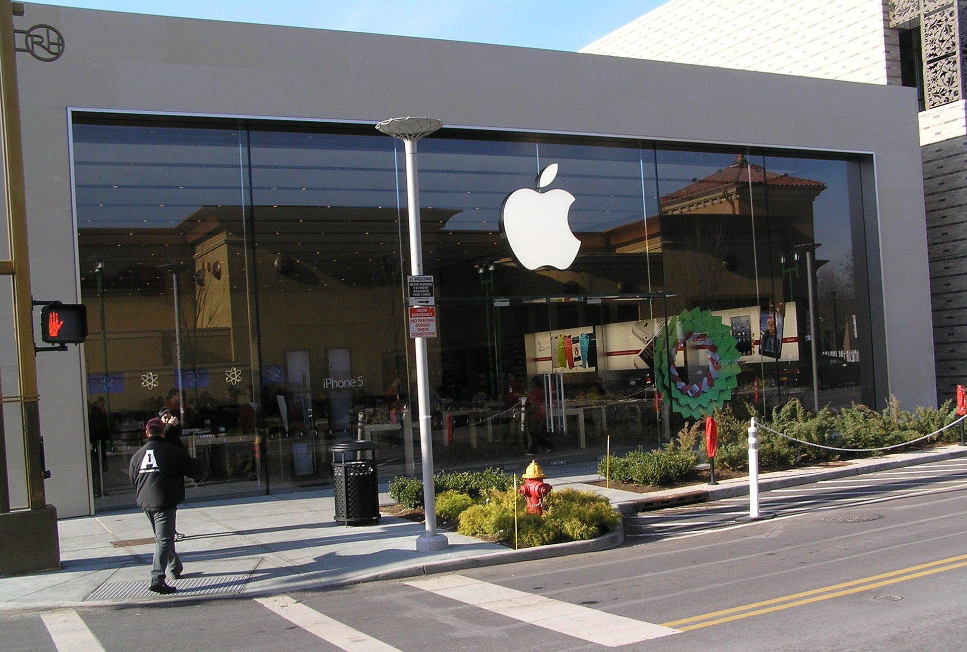 """האם בקרוב נוכל לקנות מכוניות בחנויות של """"אפל""""?"""