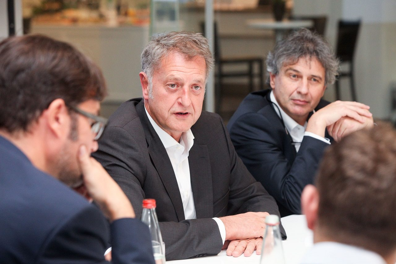 דטלב פון פלטן (במרכז), מנהל המכירות והשיווק העולמי של פורשה. צילום: רונן טופלברג